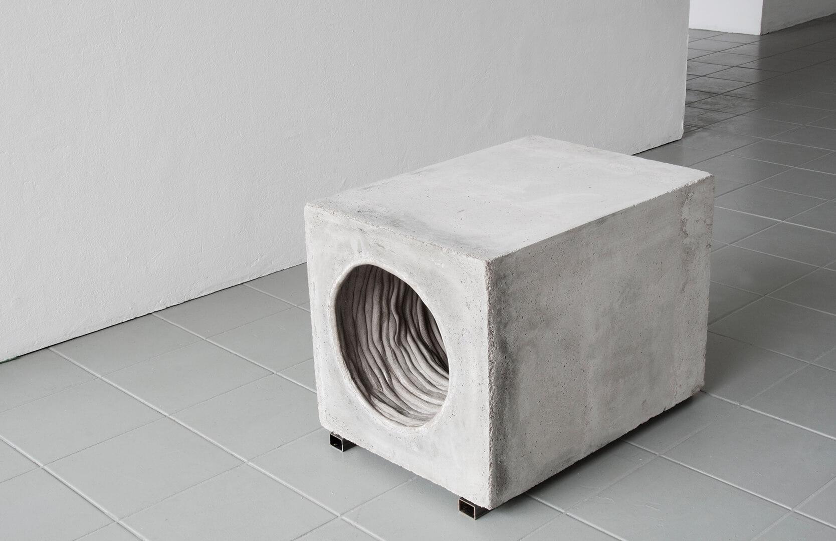 Meditation on orange fruitsDimensions: 33,5 x 47 x 33,5 cmMaterials: Concrete, ceramics and steel.2019